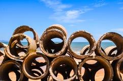 在海滩的排水管 免版税库存图片
