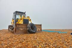 在海滩的推土机 免版税库存照片