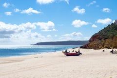 在海滩的搁浅的小船Salema (阿尔加威,葡萄牙) 图库摄影