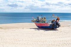 在海滩的搁浅的小船Salema (阿尔加威,葡萄牙) 免版税库存图片