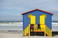 在海滩的改变的cublicle在颜色 免版税库存照片