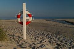 在海滩的救护设备 库存图片