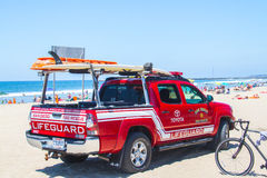 在海滩的救生员卡车 免版税库存图片