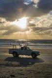 在海滩的救生员卡车 库存照片