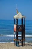在海滩的救生员塔 免版税图库摄影
