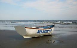 在海滩的救生员小船 大西洋城, NJ 免版税库存照片