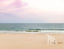 在海滩的救生员椅子 免版税图库摄影