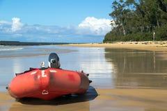 在海滩的救生小船 库存图片