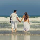 在海滩的新夫妇 免版税库存图片