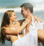在海滩的新夫妇 免版税库存照片
