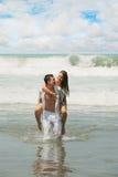 在海滩的新夫妇 库存图片
