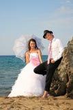 在海滩的新娘和新郎 库存照片