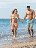 在海滩的新婚的夫妇 免版税库存照片