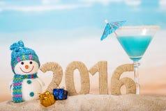 在海滩的新年2016年和鸡尾酒 免版税库存照片