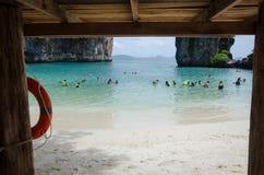 在海滩的旅行家游泳 图库摄影