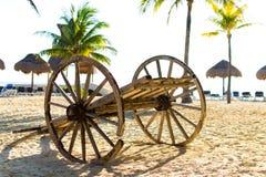 在海滩的无盖货车 免版税库存照片