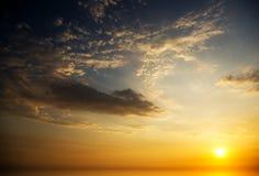 在海洋的日出。 库存图片