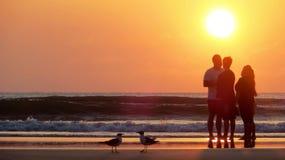 在海滩的日出交谈 免版税图库摄影