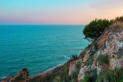 在海滩的日出在巴塞罗那,卡塔龙尼亚,西班牙附近的卡莱利亚 库存照片