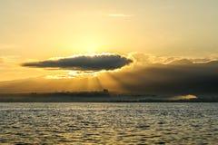 在海洋的日出在Lovina海滩,巴厘岛附近 渔夫小船我 库存图片