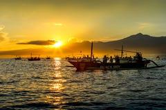 在海洋的日出在Lovina海滩,巴厘岛附近 渔夫小船我 免版税库存照片