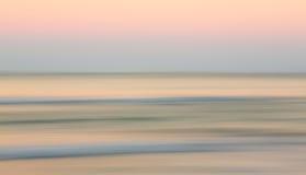 在海洋的日出有斜向一边的平底锅的 免版税库存图片