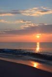 在海洋的日出有金黄颜色的 库存图片