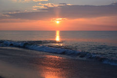 在海洋的日出有金黄颜色的 图库摄影