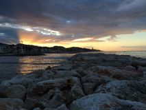 在海滩的日出,马拉加,安大路西亚,西班牙 免版税库存图片