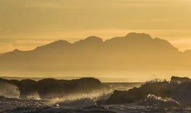 在海洋的日出 开普敦 错误的海湾 非洲著名kanonkop山临近美丽如画的南春天葡萄园 免版税图库摄影