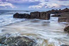在海滩的日出 免版税库存照片
