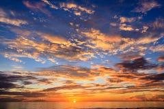 在海滩的日出 免版税库存图片