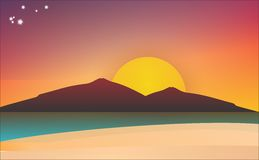 在海滩的日落与山 库存图片
