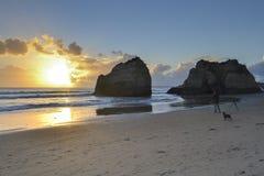 在海滩的日落与岩石 免版税库存照片