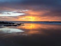 在海滩的日落与强烈发光橙色,黄色,红色col 免版税图库摄影