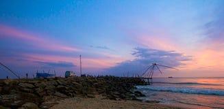 在海滩的日落与蓝色和洋红色天空 库存照片