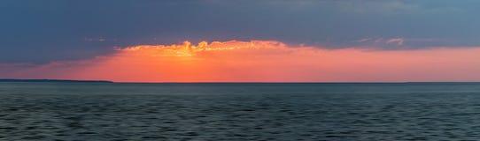 在海洋的日落全景 库存图片