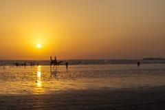 在海滩的日落卡拉奇 免版税库存照片