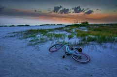 在海滩的日落在佛罗里达,美国 免版税库存图片