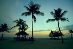 在海滩的日落在印度尼西亚 免版税库存图片
