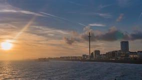 在海滩的日落在布赖顿和Hove 免版税库存照片