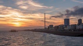 在海滩的日落在布赖顿和Hove 免版税库存图片