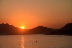 在海滩的日落在里约热内卢,巴西 免版税图库摄影