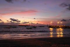 在海滩的日落在巴厘岛 免版税库存照片