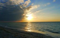 在海滩的日落在Celestun墨西哥夜空晚上精神海洋全景 库存图片
