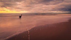 在海滩的日落在Mielno 免版税库存照片