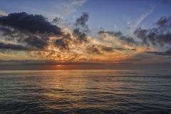 在海洋的日落天空 免版税库存照片