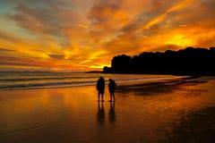 在海滩的日落夫妇 免版税图库摄影