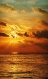 在海洋的日落。 垂直的高分辨率全景。 库存图片