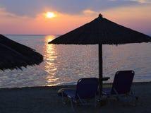 在海滩的日落海 免版税库存照片